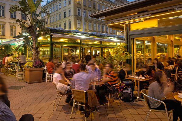 """Vom """"Beisl"""" bis zum trendigen Lokal an der Donau. Wien hat Flair und das spiegelt sich in der Esskultur wider. Zudem bietet Wien exquisite Einkaufsmöglichkeiten."""