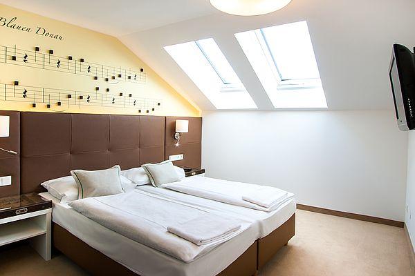 1 Brief sagt mehr als 1000 Worte... ... und 1 Übernachtung im Hotel Donauwalzer mehr als 1000 Beschreibungen. Hiermit laden wir unsere Gäste ein, uns die Ehre eines Besuches im Huber & Lerner Zimmer des Hotel Donauwalzer zu gewähren.